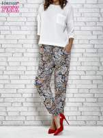 Granatowe zwiewne spodnie alladynki we wzór kwiatowy                                  zdj.                                  2