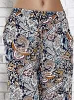 Granatowe zwiewne spodnie alladynki we wzór kwiatowy                                  zdj.                                  5