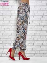 Granatowe zwiewne spodnie alladynki we wzór kwiatowy                                  zdj.                                  3