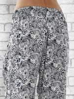 Granatowe zwiewne spodnie alladynki we wzór roślinny                                                                          zdj.                                                                         7