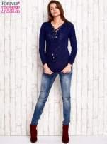 Granatowy dzianinowy sweter z wiązaniem                                  zdj.                                  3