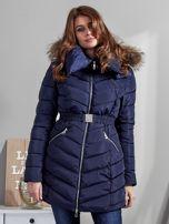 Granatowy pikowany płaszcz damski z futrzanym kołnierzem                                  zdj.                                  1