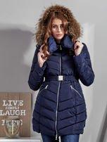 Granatowy pikowany płaszcz damski z futrzanym kołnierzem                                  zdj.                                  7