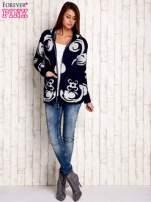 Granatowy sweter long hair z ornamentowym motywem                                  zdj.                                  2