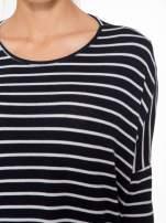 Granatowy sweter w białe paski o kroju oversize                                  zdj.                                  6