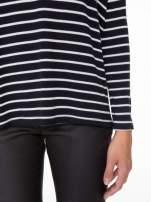 Granatowy sweter w białe paski o kroju oversize
