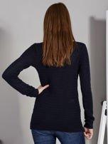 Granatowy sweter z plecionym splotem                                   zdj.                                  2