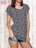 Granatowy t-shirt w kwiatuszki                                  zdj.                                  1
