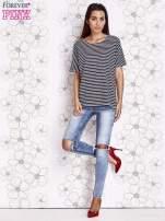 Granatowy t-shirt w paski z ozdobnym dekoltem na plecach                                  zdj.                                  4