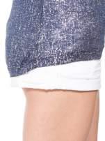 Granatowy t-shirt w srebrne plamki                                                                          zdj.                                                                         9