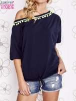 Granatowy t-shirt z limonkowymi pomponikami przy dekolcie                                                                          zdj.                                                                         1