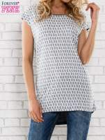 Granatowy t-shirt z motywem kwiatowym i dłuższym tyłem