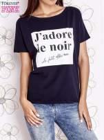 Granatowy t-shirt z napisem J'ADORE LE NOIR                                  zdj.                                  1