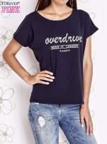 Granatowy t-shirt z napisem NEED IT LOUDER