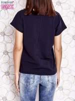 Granatowy t-shirt z napisem NEED IT LOUDER                                  zdj.                                  4