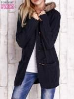 Granatowy wełniany sweter z futrzanym wykończeniem kaptura                                  zdj.                                  6