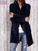 Granatowy włochaty sweter z kaskadowym kołnierzem