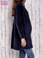 Granatowy włochaty sweter z kaskadowym kołnierzem                                                                          zdj.                                                                         4