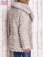 Jasnobeżowa futrzana kurtka z kołnierzem