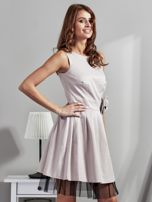 Jasnobeżowa sukienka z ozdobnym kwiatem                                  zdj.                                  3