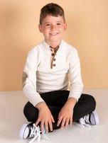 Jasnobeżowy sweter dla chłopca z plecionym wzorem                                  zdj.                                  1