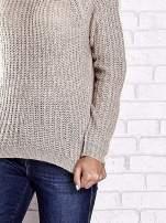 Jasnobeżowy sweter oversize z luźnym golfem                                  zdj.                                  7