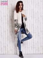 Jasnobeżowy sweter z geometrycznym wzorem i suwakami                                                                          zdj.                                                                         2