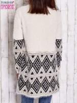 Jasnobeżowy sweter z geometrycznym wzorem i suwakami                                  zdj.                                  5