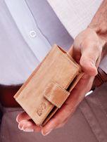 Jasnobrązowy portfel męski z tłoczonym emblematem                                  zdj.                                  2