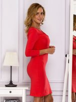 Jasnoczerwona sukienka z paskami przy dekolcie                                   zdj.                                  3
