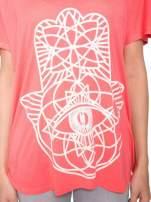 Jasnoczerwony t-shirt z ornamentowym nadrukiem                                  zdj.                                  8