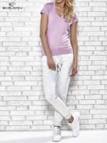 Jasnofioletowy t-shirt z modelującymi przeszyciami                                  zdj.                                  4