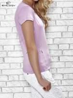 Jasnofioletowy t-shirt z modelującymi przeszyciami                                  zdj.                                  3