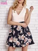 Jasnokoralowa sukienka z kwiatowym dołem i z suwakiem z tyłu                                  zdj.                                  1