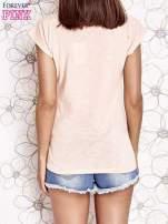 Jasnokoralowy t-shirt z nadrukiem znaku zapytania                                                                          zdj.                                                                         4