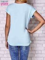 Jasnonibieski t-shirt z nadrukiem krajobrazowym                                  zdj.                                  5