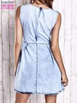 Jasnoniebieska jeansowa sukienka z koronkową wstawką                                  zdj.                                  2