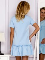 Jasnoniebieska sukienka z falbaną                                  zdj.                                  2
