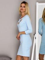 Jasnoniebieska sukienka z paskami przy dekolcie                                   zdj.                                  3