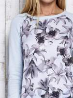 Jasnoniebieski kwiatowy sweter z łączonych materiałów                                  zdj.                                  7