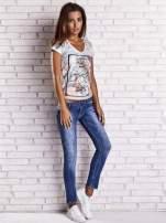 Jasnoniebieski t-shirt w kwiaty i z egzotycznym nadrukiem                                  zdj.                                  4
