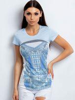 Jasnoniebieski t-shirt z kwiatowym nadrukiem                                  zdj.                                  1