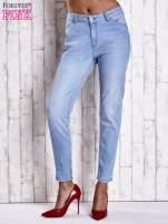 Jasnoniebieskie jeansowe spodnie z guzikami na nogawkach                                  zdj.                                  1