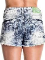 Jasnoniebieskie jeansowe szorty marmurki z poszarpaną nogawką                                  zdj.                                  2