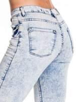 Jasnoniebieskie marmurkowe spodnie skinny jeans z rozdarciami na kolanach                                  zdj.                                  6