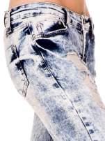 Jasnoniebieskie spodnie jeansowe rurki z dekatyzowaniem i rozdarciami                                  zdj.                                  7