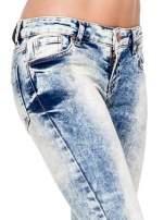 Jasnoniebieskie spodnie skinny jeans z dziurami i modelującym rozjaśnieniem
