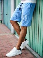Jasnoniebieskie szorty męskie dresowe z kieszeniami i wypukłym napisem                                  zdj.                                  1