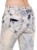 Jasnoniebiskie marmurkowe spodnie jeansowe rurki z przetarciem cut out