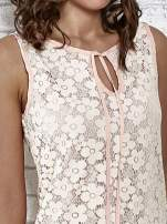 Jasnoróżowa koronkowa sukienka z wiązaniem przy dekolcie                                                                          zdj.                                                                         4